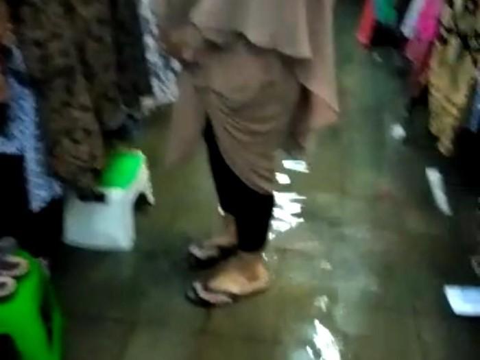 Los pedagang Pasar Beringharjo tergenang air dari luapan saluran air hujan, Jumat (14/2/2020).