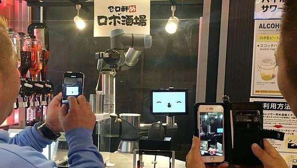 Untuk membuat si robot bartender, diperlukan dana sebesar USD 82 ribu (setara Rp 1,1 Miliar). Dana itu setara dengan rata-rata gaji selama 3 tahun seorang bartender di Jepang. (Reuters)