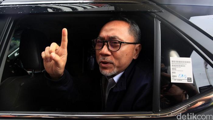 Ketum PAN Zulkifli Hasan tinggalkan gedung usai diperiksa KPK. Ia mengaku diperiksa berkaitan dengan pemintaan kebun dari PT Palma Satu.