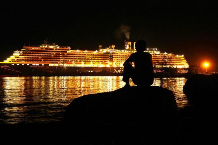 Kapal Pesiar Westerdam akhirnya berlabuh di Kamboja usai ditolak sejumlah negara imbas kekhawatiran virus corona. Para penumpang kapal itu diizinkan untuk turun