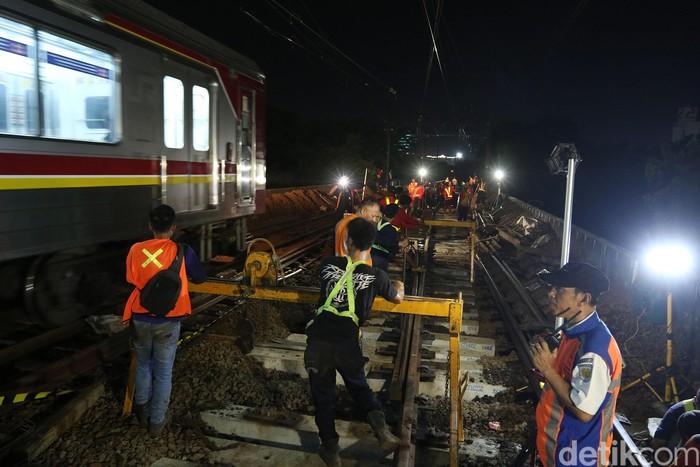 Sejumlah petugas mengangkat bantalan rel saat revitalisasi wesel rel di Stasiun KA Gambir, Jakarta, Jumat (14/2/2020) dinihari.