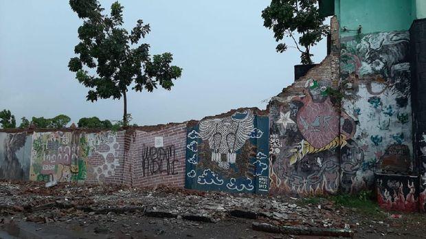 Penampakan tembok Stadion Kridosono yang ambrol gegara diguyur hujan deras sore tadi