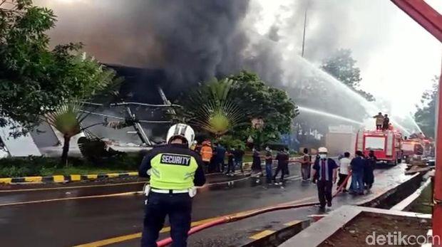 Kebakaran pabrik kosmetik di Kabupaten Sukabumi, Jawa Barat.