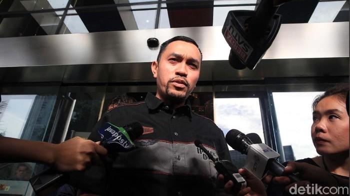 Wakil Ketua Komisi III DPR, Ahmad Sahroni diperiksa penyidik KPK selama dua jam. Crazy Rich Tanjung Priok itu tersenyum saat meninggalkan gedung KPK.