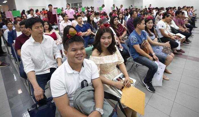 Nikah massal kerap digelar di tanggal 14 Februari untuk rayakan Hari Valentine. Sejumlah pasangan di Thailand antusias ikat janji sehidup semati di momen itu.