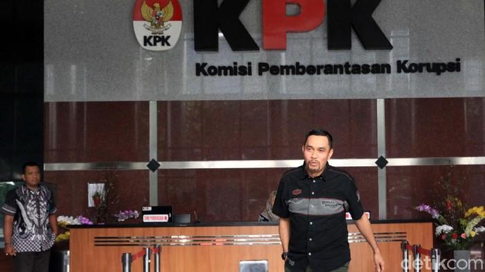 Wakil Ketua Komisi III DPR, Ahmad Sahroni diperiksa penyidik KPK selama dua jam. 'Crazy Rich Tanjung Priok' itu tersenyum saat meninggalkan gedung KPK.