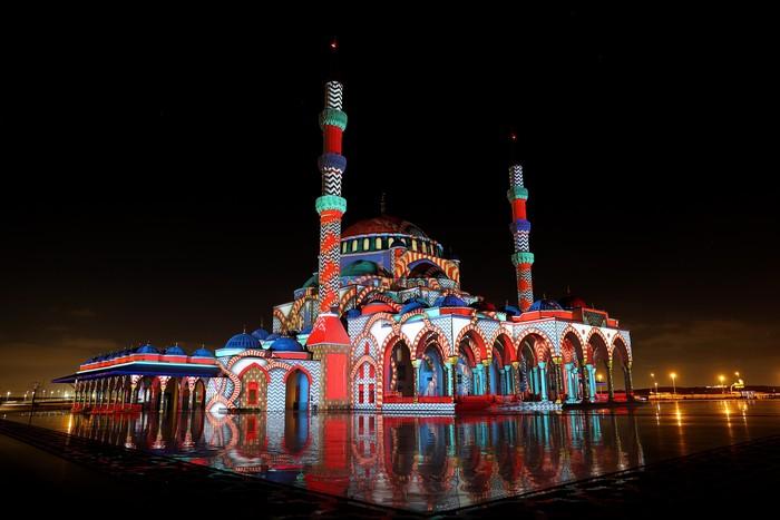 Festival Cahaya Sharjah kembali digelar di Uni Emirat Arab. Yuk, nikmati keindahan sorot lampu warna-warninya.