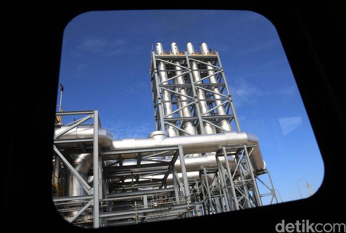 Pembangkit Listrik Tenaga Mesin Gas dan Uap (PLTMGU) Lombok Peaker yang memiliki kapsitas 150 MW terletak di Tanjung Karang, Ampenan, Mataram, NTB.