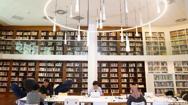 Bagi pengunjung yang ingin meminjam buku, harus menjadi member terlebih dahulu. Untuk pelajar, dikenakan biaya Rp 15.000 per tahun, sedangkan untuk umum adalah Rp 30.000 per tahun.