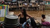 Sejumlah warga tengah beraktivitas di bantaran Sungai Ciliwung, Manggarai, Jakarta, Jumat (14/2/2020).