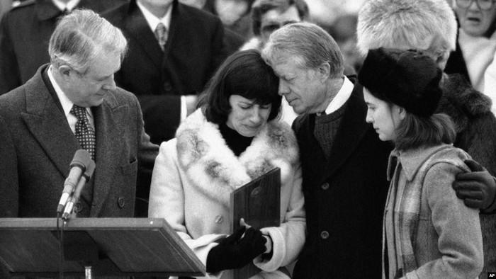 Presiden AS Jimmy Carter menenangkan istri dan anak Adolph Dubs (dok. AP)