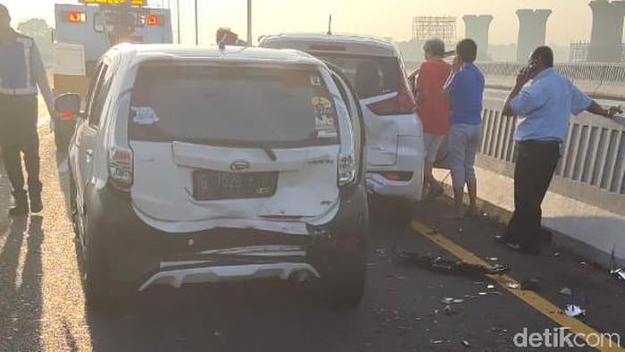Kecelakaan beruntun melibatkan 5 kendaraan di KM 21 Tol Layang Jakarta arah Cikampek.
