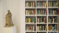 Buku buku terpajang rapi, kebanyakan berbahasa Belanda, namun ada juga buku berbahasa Indonesia dan Inggris. Walaupun buku berbahasa Indonesia hanya sekitar 5% (Grandyos Zafna/detikcom)