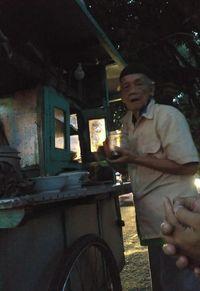 Inspiratif! Kakek 86 Tahun di Solo Masih Semangat Jual Bakso Keliling