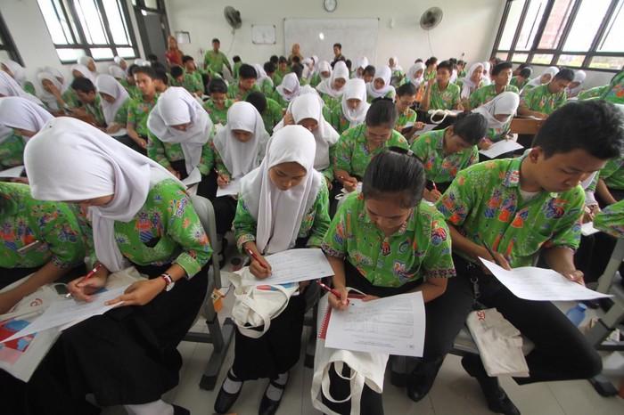 Budaya menabung juga ikut ditularkan kepada generasi muda sejak dini oleh Bank DKI. Salah satunya dengan acara OJK Goes to School di SMKN 38 Jakarta.