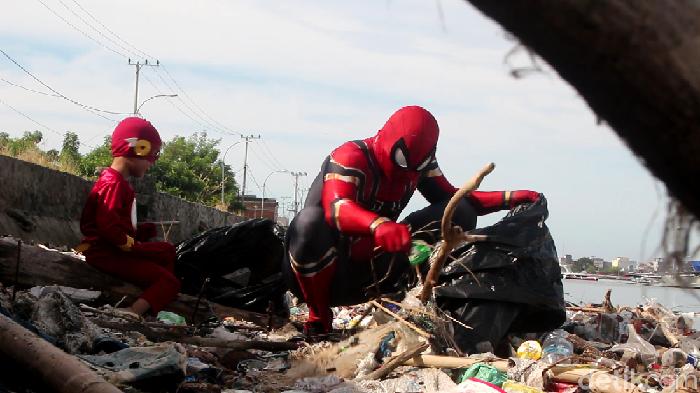 Spiderman asal Parepare, Sulsel membersihkan sampah di kawasan pantai.