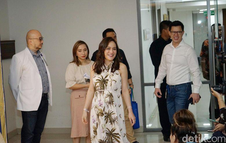 Shandy Aulia dan suaminya, David Herbowo, saat ditemui di RS Siloam, TB Simatupang, Jakarta pada Jumat (14/2).Pool/Noel/detikFoto.