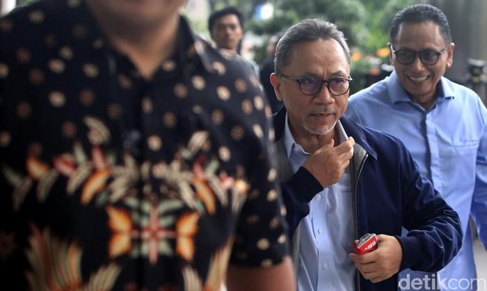 Ketum PAN Zulkifli Hasan memenuhi panggilan KPK. Zulkifli rencananya bakal diperiksa sebagai saksi terkait kasus suap pengajuan revisi alih fungsi hutan di Riau.