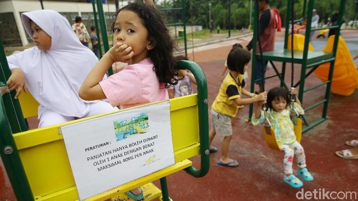 Anak-anak menikmati fasilitas di Alun-alun Kota Depok, Jabar, Jumat (14/2). Kehadiran Alun-alun memberikan ruang untuk anak-anak beraktivitas di luar ruangan.
