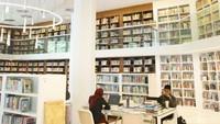 Berdesain ala perpustakaan Belanda dengan corak berwarna putih, ruangan ini terasa santai dan tenang. (Grandyos Zafna/detikcom)