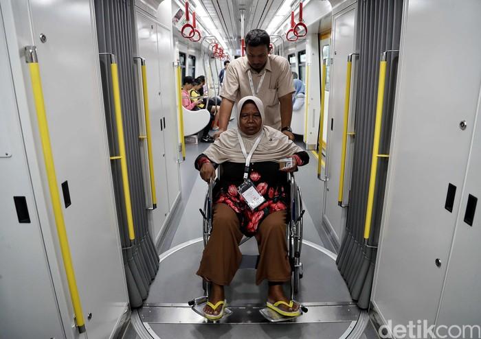 LRT Jakarta punya program menarik untuk rayakan Valentine. Di momen Valentine ini LRT berbagai kebahagiaan dengan warga lansia yang menaiki transportasi itu.