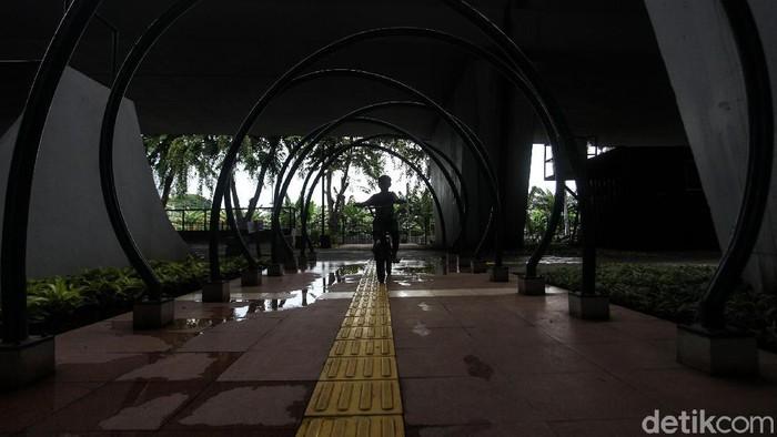 Skatepark Slipi, Jakarta, terlihat kurang terawat. Sejumlah lubang telah menghiasi skatepark yang berada di kolong flyover Slipi tersebut.