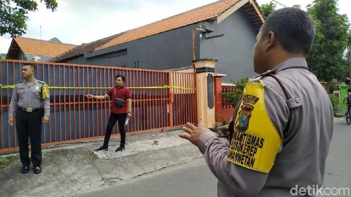 Polrestabes Surabaya Police Line Rumah di Jalan Suryat Kota Blitar