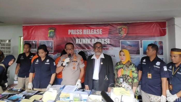 Polda Metro Jaya membingkar praktik aborsi di klinik ilegal di Senen, Jakarta Pusat. (Alfons-detikcom)