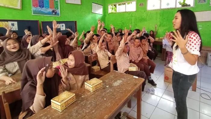 Salah satu peserta Program Magang Mahasiswa Bersertifikat (PMMB) Jamkrindo Mengajar melaksanakan edukasi mengenai lingkungan di SDN Batusapi, Palabuhanratu, Kabupaten Sukabumi, Jawa Barat, Jumat 14 Februari 2020. Kegiatan Jamkrindo Peduli Pendidikan dan Jamkrindo Peduli Sosial tersebut dilaksanakan dalam rangkaian peringatan Hari Ulang Tahun ke-50 Jamkrindo, 1 Juli 2020 mendatang. Bersamaan dengan itu Perum Jamkrindo juga gencar menginisiasi kegiatan edukasi gaya hidup hijau di sekolah-sekolah Sukabumi Jawa Barat, tepatnya di 8 kecamatan yang masuk wilayah Ciletuh Palabuhanratu Unesco Global Geopark.