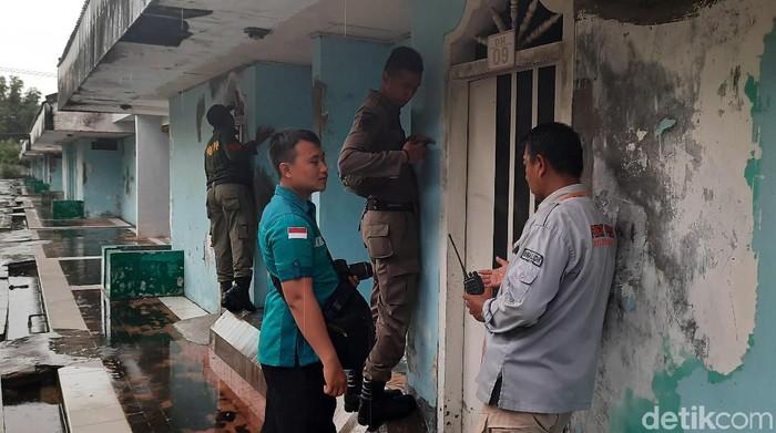 Petugas gabungan Satpol PP, Linmas, BNN, TNI dan polisi Surabaya menggelar razia di hotel-hotel. Itu dilakukan untuk mencegah perayaan Hari Valentine dengan hal negatif seperti prostitusi dan penyalahgunaan narkoba.