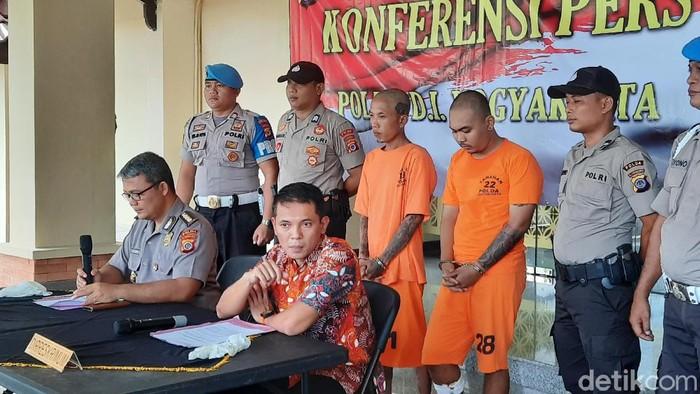 Santang (kiri) dan Andri Nurhidayat pelaku penganiayaan di Kulonprogo beberapa waktu lalu ditangkap Polda DIY