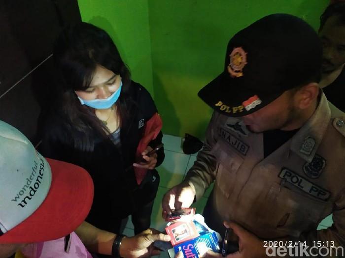 Satpol PP dan BNN Kota Mojokerto merazia home stay dan tempat kos di Hari valentine. Petugas menemukan tisu magic dan kondom di kamar kos seorang wanita.