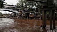 Sungai Ciliwung kembali menjadi sorotan usai banjir merendam sejumlah wilayah di Jakarta pada awal tahun baru 2020. Tak sedikit orang menilai banjir itu terjadi karena upaya naturalisasi-normalisasi di sungai itu jalan di tempat.