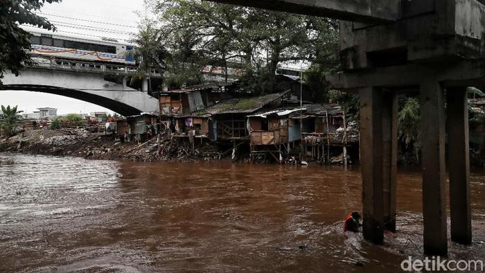 Banjir Jakarta beberapa waktu lalu membuat upaya untuk normalisasi Sungai Ciliwung kembali bergeliat. Pembebasan lahan untuk pelebaran sungai pun akan dilakukan