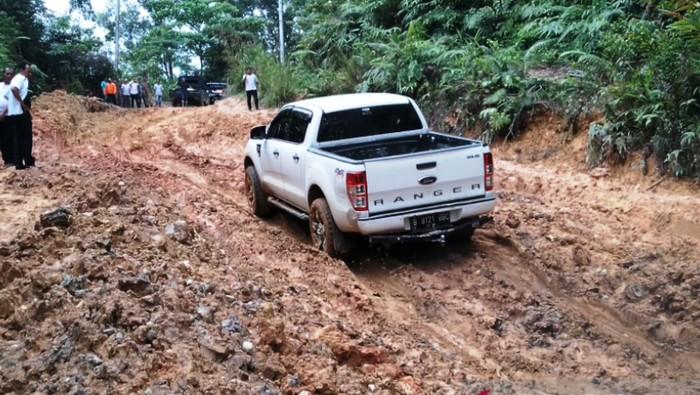 Jalan lumpur di Sumbar