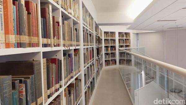 Perpustakaan ini memiliki dua lantai, namun bagi buku di lantai dua tidak boleh di bawah ke lantai satu. Dari atas, traveler bisa melihat keindahan perpustakaan secara keseluruhan. (Tasya/detikcom)
