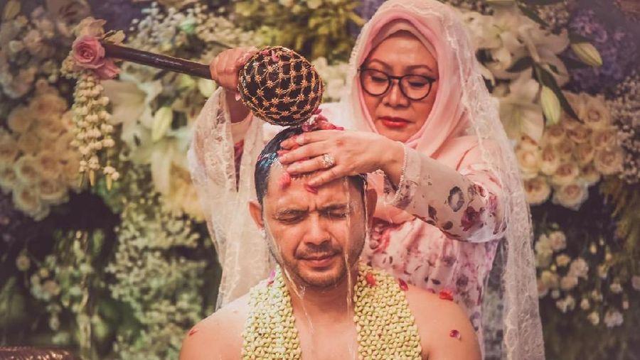 Cucu Soeharto, Danny Bimo Hendro Utomo menggelar prosesi siraman di kediamannya.