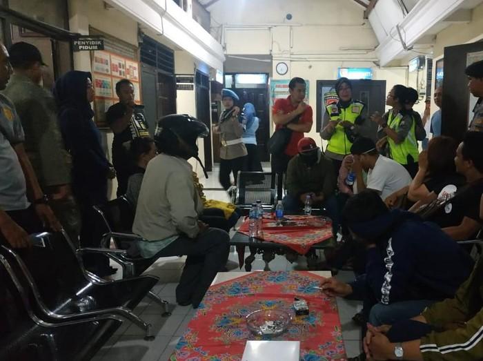 Delapan pasangan bukan suami istri terjaring razia cipta kondisi Valentine dari sejumlah hotel dan penginapan di Tulungagung. Salah satu perempuan terciduk saat bersembunyi di bak mandi.
