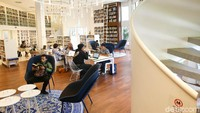 Ada pengunjung yang membaca buku di perpustakaan ini, ada pula yang hanya mengerjakan tugas. Tempatnya cukup nyaman dan buat pengunjung betah. (Grandyos Zafna/detikcom)