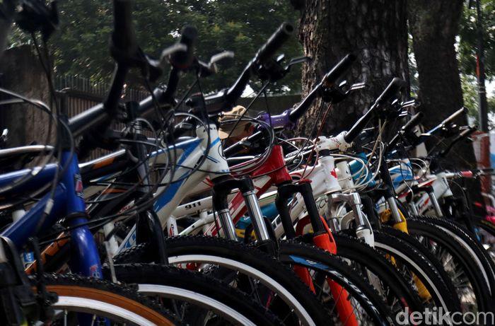 Jalan Malabar di Kota Bandung terkenal sebagai sentra penjualan sepeda bekas.