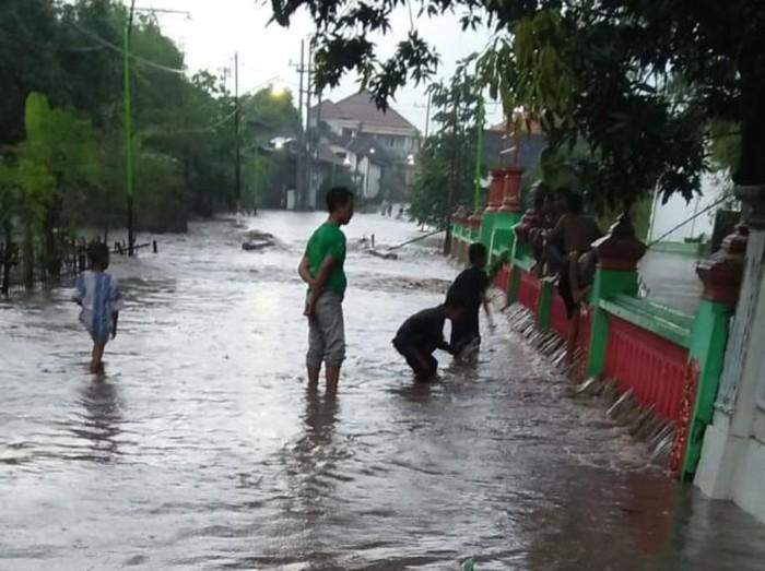Hujan lebat terjadi di Kecamatan Pandaan, Gempol dan Beji Kabupaten Pasuruan. Hujan mengakibatkan banjir dan genangan di 4 desa Kecamatan Beji.
