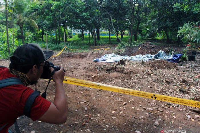 Seorang jurnalis foto memotret lokasi ditemukannya paparan tinggi radioaktif di Perumahan Batan Indah, Serpong, Tangerang Selatan, Banten, Jumat (14/2/2020). ANTARA FOTO/Muhammad Iqbal/foc. (ANTARA FOTO/MUHAMMAD IQBAL)
