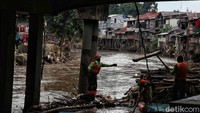Pembebasan lahan dan penertiban itu dilakukan guna normalisasi-naturalisasi Sungai Ciliwung sebagai upaya untuk mengatasi banjir di ibu kota.