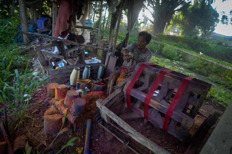 Perajin menggulung gelasan atau benang untuk layang-layang di Kampung Gelasan, Tanjungsari, Kabupaten Sumedang, Jawa Barat, Jumat (14/2/2020).