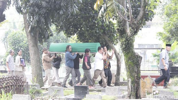Pemakaman Maestro Seni Teater Mohamad Sunjaya Berlangsung Khidmat