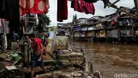 Terkait dengan rencana pelebaran Sungai Ciliwung, dinas Sumber Daya Air (SDA) DKI Jakarta diketahui akan membebaskan 118 lahan di sekitar bantaran Sungai Ciliwung tersebut.