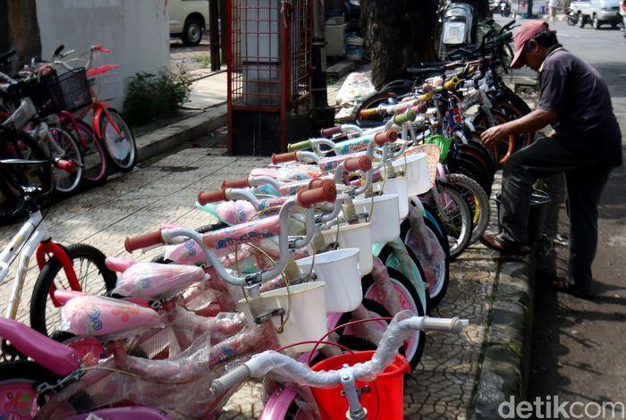 Seorang pedagang sedang menyusun sejumlah sepeda bekas untuk dijajakan di kawasan Jalan Malabar, Kota Bandung, Jawa Barat, Jumat (14/2/2020).