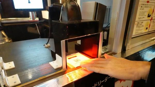 Sebelum dilayani si robot, traveler terlebih dahulu memesan minuman yang dimau lewat mesin. Nantinya, traveler akan mendapat struk berisi QR Code. Si robot akan memindai QR Code ini, lalu membuatkan minuman pesanan Anda. (Reuters)