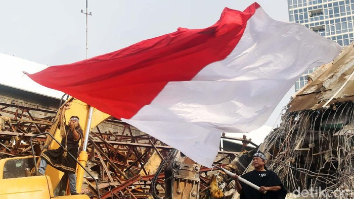 Forum Seniman Peduli TIM gelar aksi teatrikal di reruntuhan Graha Bhakti Budaya di TIM, Jakarta, Jumat (14/2). Mereka menuntut penghentian proyek pembangunan hotel.