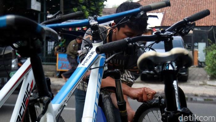 Jalan Malabar di Kota Bandung terkenal sebagai sentra sepeda bekas. Konon kabarnya kawasan itu adalah sentra penjualan sepeda bekas tertua lho di Kota Bandung.